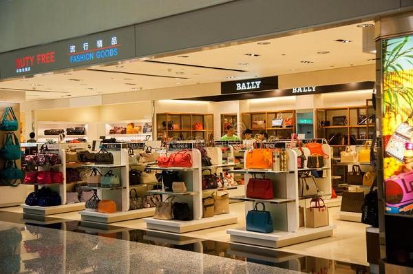 khu mua sắm trong sân bay